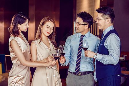 同事聚会庆祝喝红酒图片