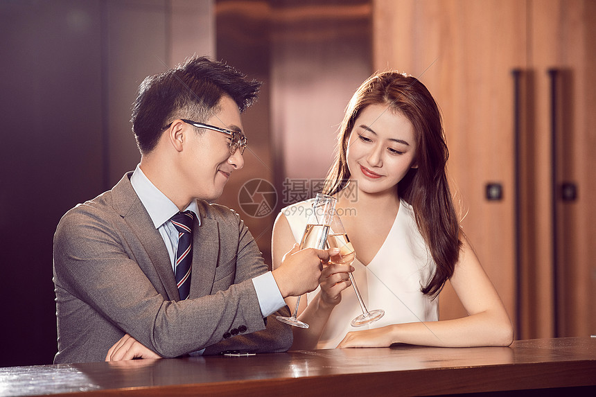 情侣约会喝香槟图片