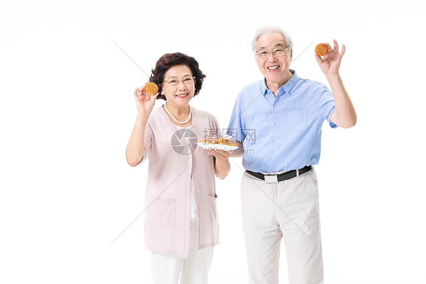 老年夫妇手端月饼图片