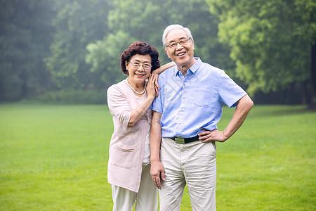 老年夫妇户外游玩图片