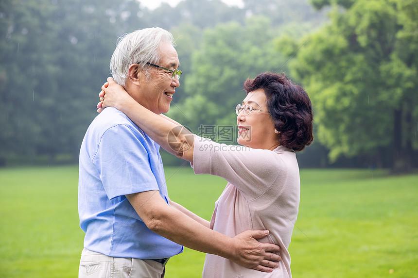 老年夫妇公园跳舞图片