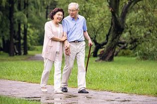 老年夫妇早晨户外散步图片