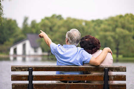 老年夫妇坐公园椅子背影图片