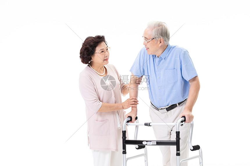 老年夫妇搀扶行走图片