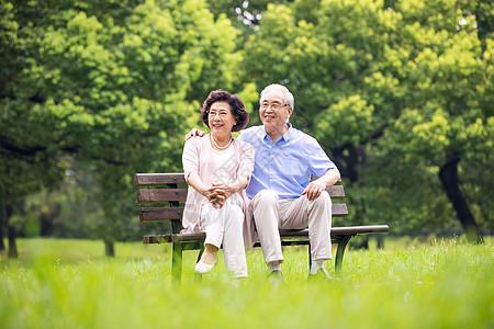 老年夫妇相互陪伴图片