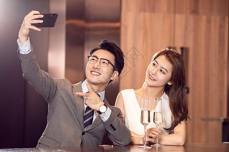 情侣餐厅约会喝酒图片