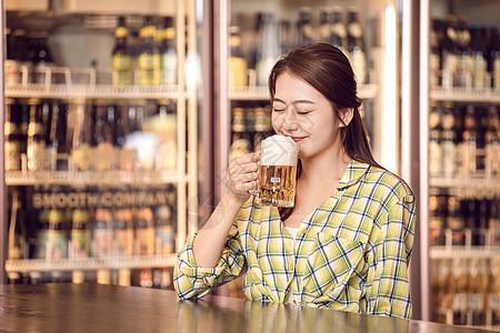 女孩酒吧喝啤酒图片