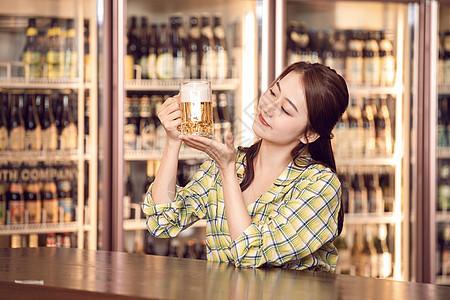 美女酒吧喝啤酒图片