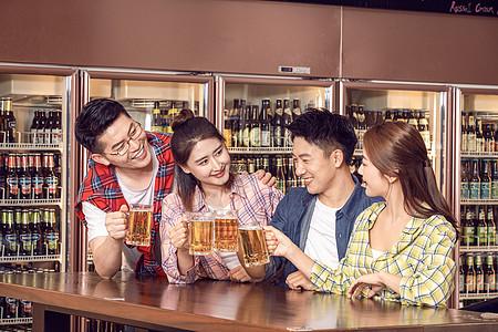 好朋友酒吧聚会喝啤酒图片