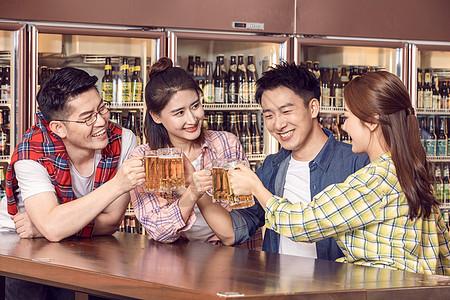 好朋友酒吧聚会喝啤酒干杯图片