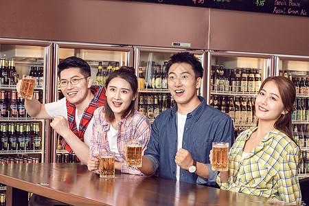 好朋友酒吧聚会喝啤酒看比赛图片