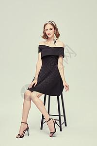 外国优雅女性坐姿图片