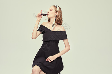 外国优雅女性喝红酒图片