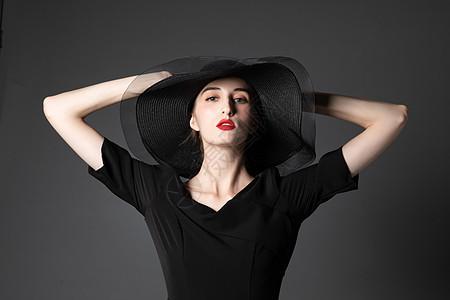 戴黑色礼帽的外国优雅女性图片