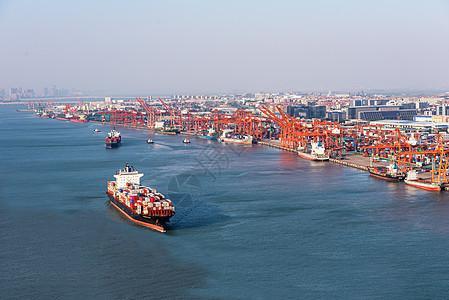 厦门码头出港的货船图片
