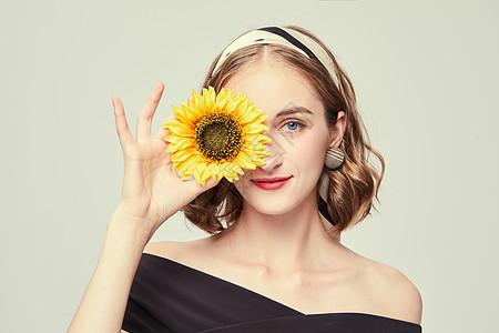 优雅外国女性拿着向日葵图片