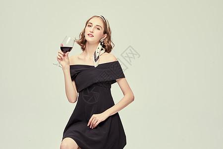 优雅外国女性喝红酒图片