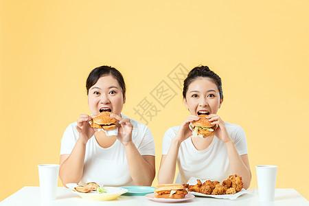 胖瘦姐妹一起吃汉堡图片