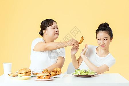 年轻美女拒绝高热量食物图片
