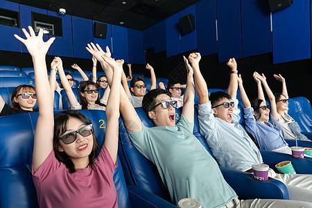 青年看3D电影欢呼图片