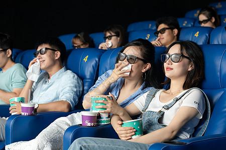 朋友在电影院看悲伤电影图片