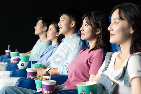 青年朋友看电影图片