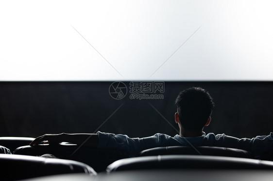 孤独男性独自看电影图片