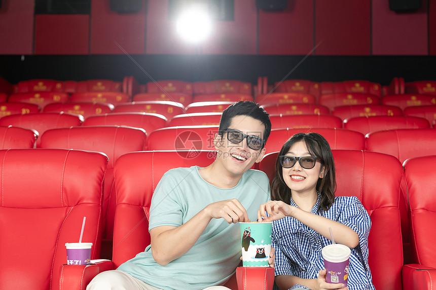 年轻情侣在影院看电影图片