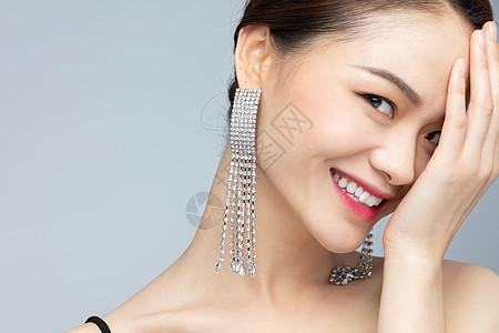 美女带着耳环图片