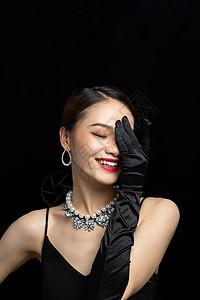 美女带着耳环项链展示珠宝图片