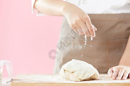 面团撒面粉图片