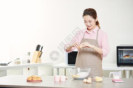 居家美女打鸡蛋制作面包图片