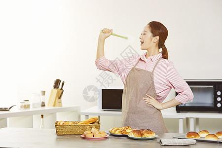 居家女性厨房唱歌自嗨图片