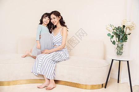 妈妈和女儿居家玩耍图片