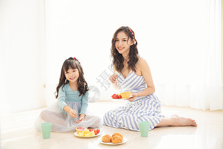 居家母女吃水果图片