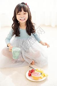 小女孩喝酸奶图片
