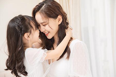 居家母女亲密亲吻图片