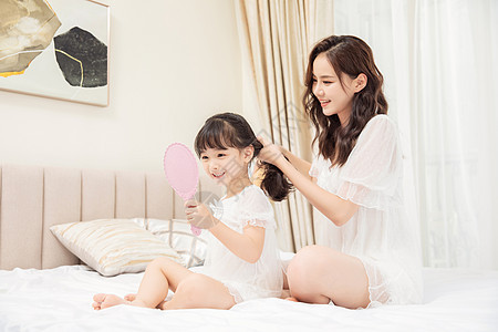居家母女照镜子扎头发图片