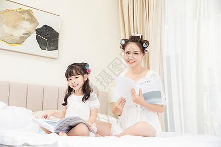 居家母女卷头发看书图片