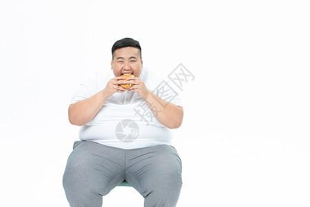 青年男性胖子吃汉堡图片