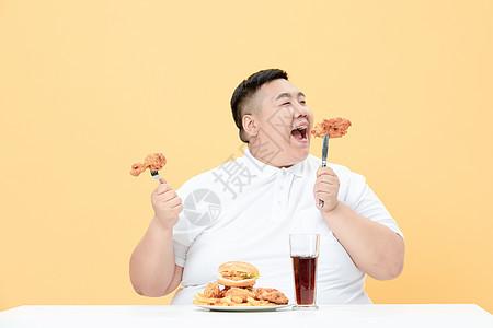 青年肥胖男性吃炸鸡图片