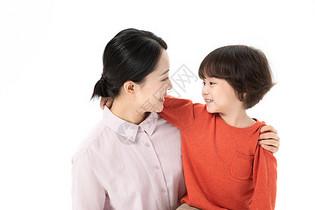 母子亲密拥抱图片