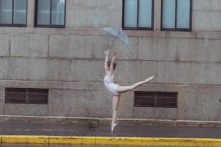 撑伞舞蹈的芭蕾舞演员图片