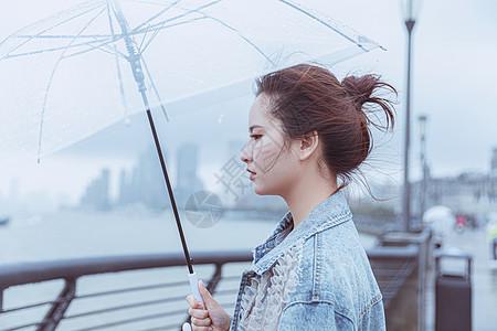 撑伞的女性形象图片