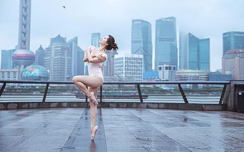 城市建筑下的芭蕾舞演员图片