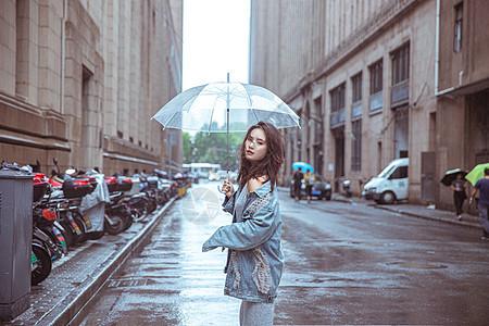在街上撑伞女性形象图片
