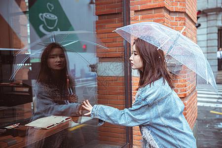 在街上撑伞的女性图片