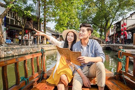 年轻情侣坐观光船郊游图片