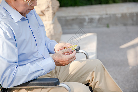 老爷爷户外吃药特写图片