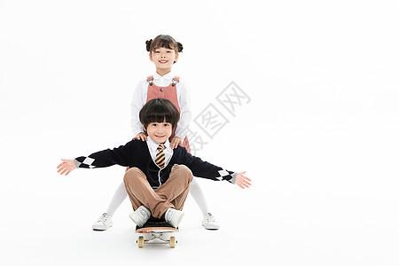 儿童玩滑板图片